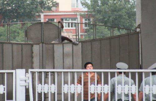 疯狂球迷翻墙看巴萨被吓退 记者与保安起冲突