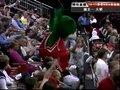 视频:国王vs火箭 火箭熊领观众为球队加油