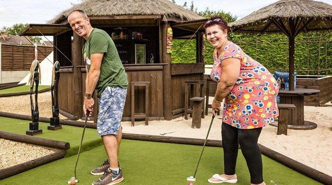 英国夫妇改造花园 三年变身高尔夫球场