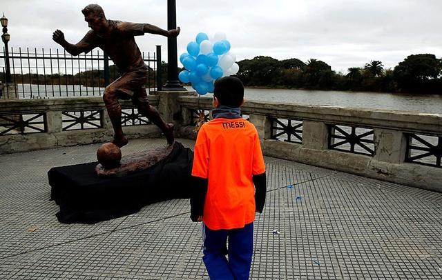 挽留梅西行动遍布阿根廷 阿首都为梅西立雕塑