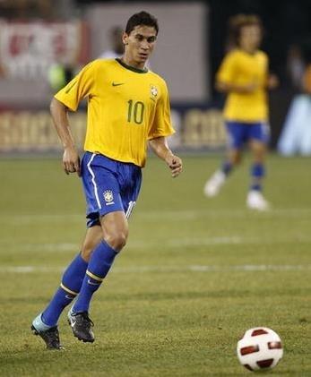 巴西新10号:以贝利梅西为师 没看过老马踢球