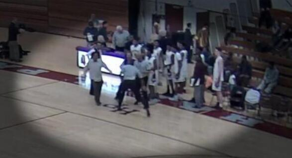 美高中篮球赛上演斗殴 主角竟是裁判和家长