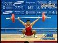 视频:男子举重62公斤级 印尼选手微笑对失败