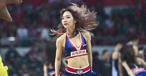 高清:篮球宝贝清凉装助阵 激情热舞大秀身材