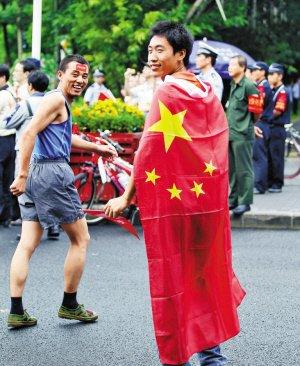 深圳大运火炬传递花絮 身披国旗跟火炬一直跑