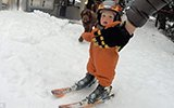 1岁男童刚会走就能滑雪