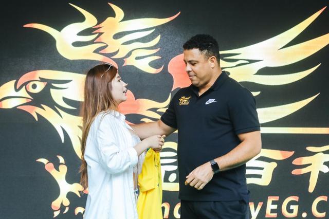 罗纳尔多现身上海公益 女球迷现场亲密互动
