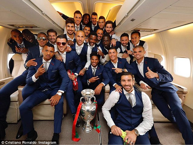 葡萄牙乘机载誉归国 C罗紧抱德劳内杯不松手