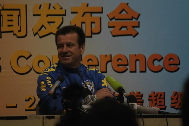 邓加抱怨北京比赛困扰多 训练亲自制止记者拍照