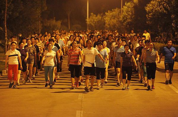 河南濮阳一暴走团走在马路上。视觉中国 资料
