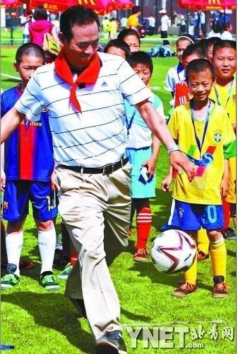 蔡振华与校园足球学生过六一 亲自上阵秀脚法