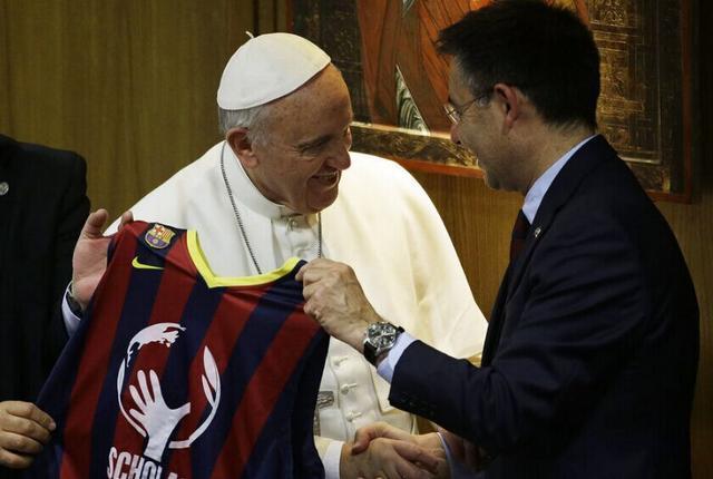 巴萨主席赠教皇签名球衣 坚称内马尔转会合法