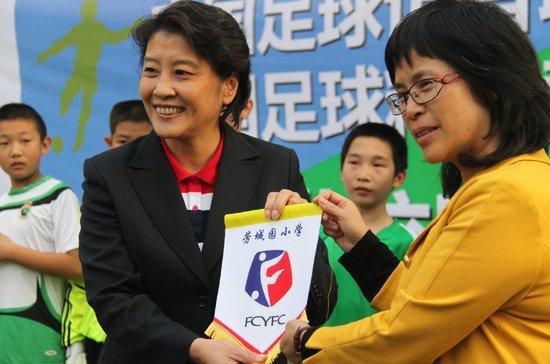 芳城园校长谈校园足球 称学生潜移默化在改变