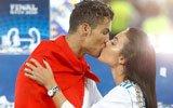 C罗身披国旗与女友热吻
