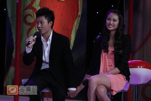 图文:李小鹏退役晚会携妻子亮相