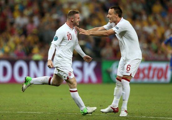 鲁尼进球后与队友庆祝(点击浏览更多高清图片)