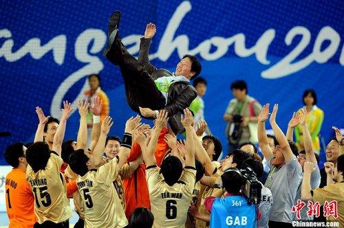 韩国队夺得男子手球金牌将教练高高抛起