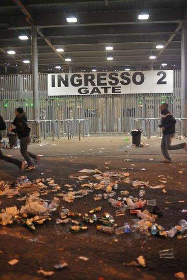 腾讯直击:米兰大塞车 国米拜仁球迷冲突对骂