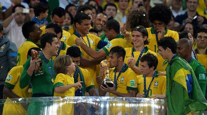 巴西夺冠捧杯大狂欢 内马尔幸福吻奖杯