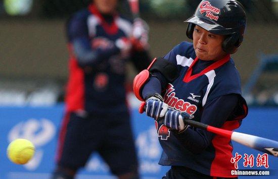 图文:亚运垒球 中华台北9比2战胜菲律宾