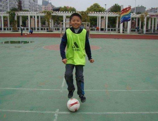 周雨康家长:踢球让儿子神采飞扬 信心十足