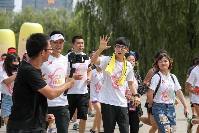 特步企鹅跑上海千人狂欢 胡夏助阵畅跑毕业季