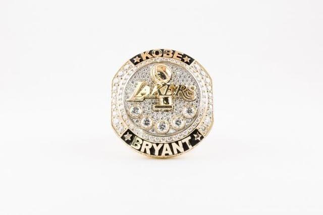 湖人为科比颁发退役戒指 镶钻纪念其5次夺冠