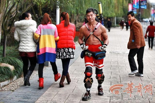 """62岁健身哥23年光膀子健身 练就""""魔鬼肌肉"""""""