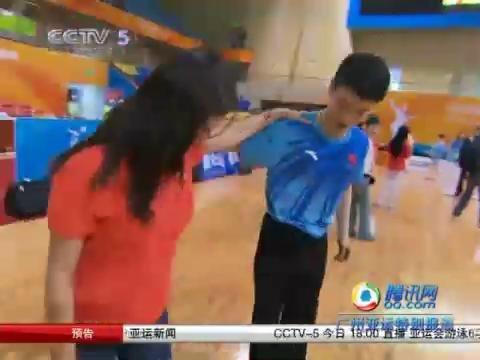视频:美女记者与体育舞蹈队教练共舞