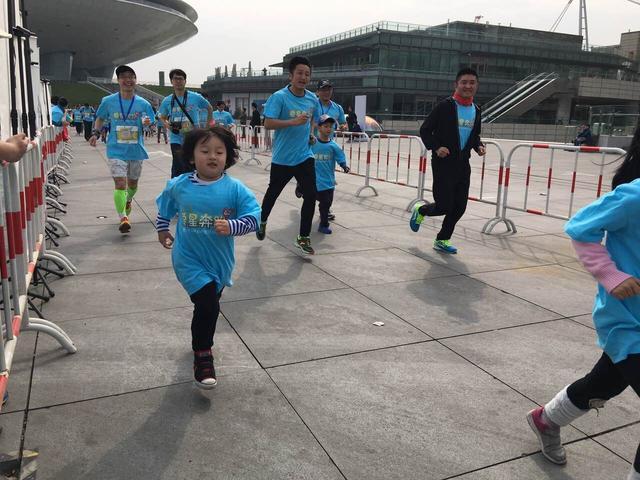 最萌马拉松选手!四岁轩轩独自完成迷你公益跑