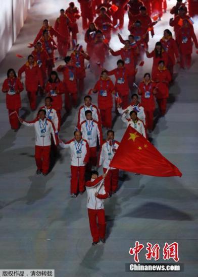 习近平出席冬奥开幕式 向中国代表团挥手致意