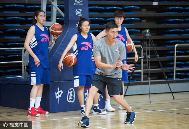 张云松正式就职北京女篮主帅 完成首堂训练课
