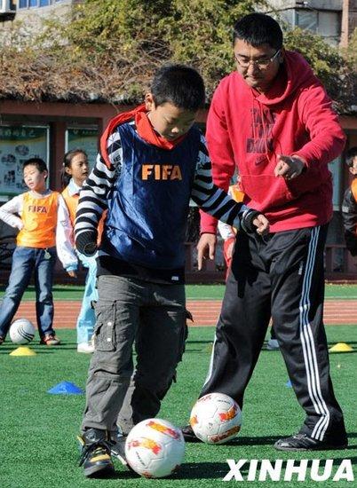 秦皇岛教师教学生踢球 专业教练定期给予指导
