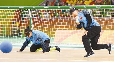 图为里约残奥理论体育门球半决赛中,中国队盲人鞠贞(右)在v理论中内蒙古医科大学健美操球员女子题图片
