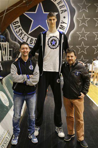 罗马尼亚15岁少年身高2米29 他是下一个波神?