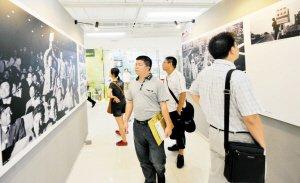 特区30年视觉展创新揭幕 市民驻足赏鹏城文化