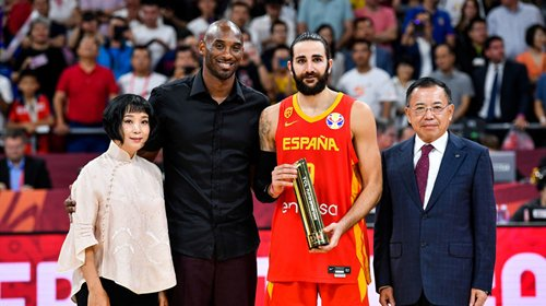 科比颁奖 卢比奥荣膺世界杯双料MVP!