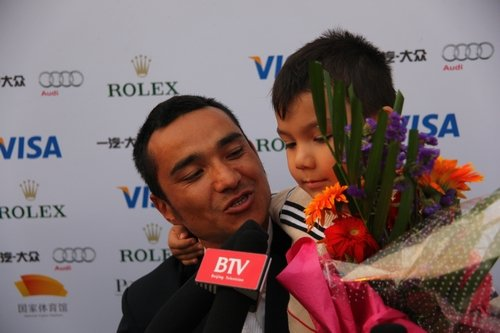 马术世界杯中国赛次站 领奖父子兵现温情一幕