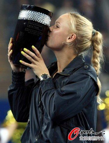 沃兹两盘横扫科维托娃 晋级八强加冕世界第一