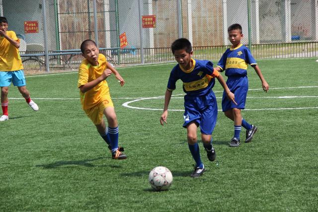 深圳大埔足球手拉手 校园足球运动以球为媒