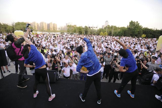特步企鹅跑沈阳站千人狂欢 健身教练现场玩嗨
