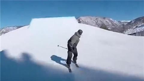 视频:光膀子滑雪雪地杂技 狂嗨雪地花式玩法