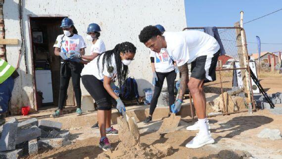 科林斯参加篮球无疆界活动 首次亲手建造新家园