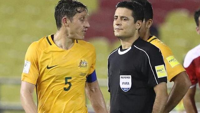 澳大利亚球迷不满点球:裁判丢人!简直是抢劫