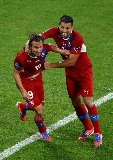 吉拉切克与队友庆祝进球(点击浏览更多高清图片)