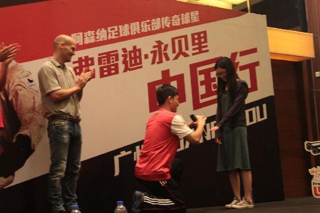 图片:永贝里抵达广州并与枪迷亲密接触