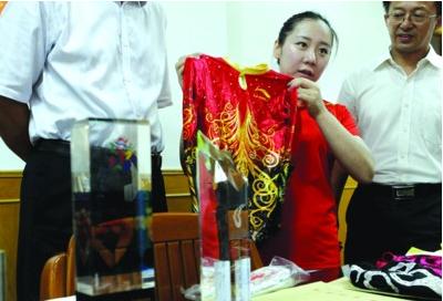 奥运冠军邓琳琳捐战袍 148件实物将藏档案馆