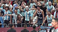 阿根廷球迷泣不成声仍旧鼓励球员!