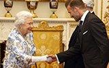小贝与女王握手绅士优雅