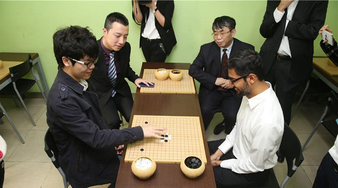 谷歌CEO现身围棋道场 与柯洁切磋棋艺